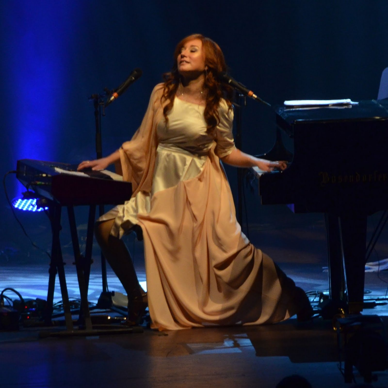 an introduction to the life of tori amos Tori amos, soundtrack: twister at age one, tori and her family moved to baltimore, where she spent much of her childhood she started playing piano at a very early age (2 1/2) at the age.